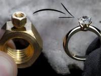 Pierścionek wykonany z dwóch mosiężnych nakrętek