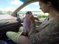 Kobieta rodzi dziecko w samochodzie