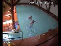 Szybka reakcja ratownika na basenie. Uratowanie tonącego...