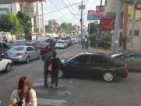 Piesi chodzą po samochodzie blokującego przejście dla pieszych