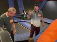 Zabawa z tatusiem i dziadkiem w parku trampolin