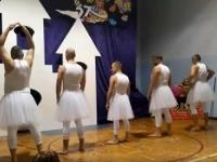 Balet, jakiego nikt jeszcze nie widział - tatusiowe przebrani za łabędzie