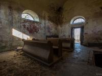 Opuszczona kaplica grobowa z ludzkimi kośćmi