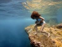Chodzenie po dnie morskim z kamieniem