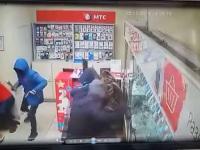 Rosja: bandyci wpadają do salonu sieci komórkowej, a zaraz wpada policja