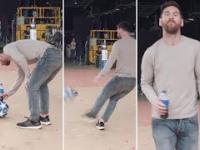Trick Messiego z butelką i piłką