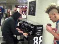 Ktoś przyłączył się do gry na pianinie i wyszło świetnie