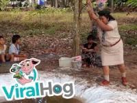 Tajska harcerka pokazuje młodym adeptom, jak bujać się na linie
