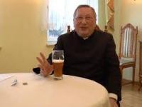 Zrobił zdjęcie księdzu pijącemu piwo. I rozesłał do kurii i mediów