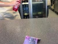 Nauczyciel pokazuje ile cukru znajduje się w oranżadzie ze szkolnego sklepiku