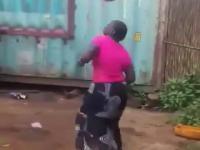 Popisówka pani pomiędzy obieraniem manioku a gotowaniem małpy