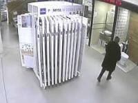 Klientka załatwiła się do muszli klozetowej w sklepie na wystawie