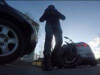 Samochód wjeżdża w motocyklistę. Perfekcyjne lądowanie kamery.