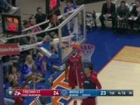 Chłopiec ratuje sytuację na meczu koszykówki