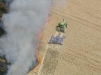 Farmer próbuje ratować przed ogniem pole sąsiada