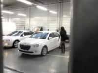 Blondynka z brunetką odbiera samochód z warsztatu