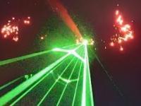 Ironia: kiedy to samolot strzela laserem (i fajerwerkami) w ludzi