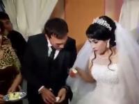 Uzbekistan, panna młoda zażartowała przy częstowaniu męża tortem i skończyło się źle