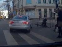 Potrącenie rowerzysty przez skrecającego kierowcę