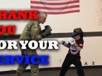 Ojciec wraca z misji i zaskakuje najmłodszego syna na treningu