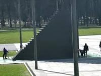 Jeździli hulajnogami obok i po pomniku smoleńskim. Wylegitymowała ich policja, w internecie burza