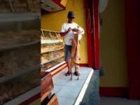 Bułki w sklepie zawsze razem z swoim przyjacielem kupuje