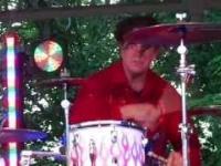 Dosyć niezwykły styl gry na perkusji - Steve Moore
