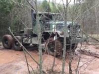 Zabawy w błocie starymi wojskowymi ciężarówkami