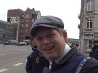 Duńczyk w eskorcie policji wyszedł na miasto porzucać sobie Koranem.