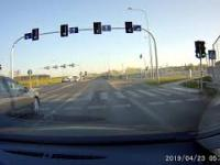 BMW zasuwa pod prąd taranując busa i zmuszając do ucieczki na pobocze