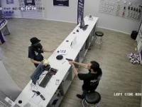 Napad z maczetą na sklep z telefonami - reakcja sprzedawcy bezcenna