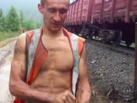 Ręczna wymiana drewnianego podkładu kolejowego w torze
