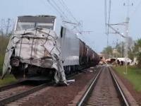 Spojrzenie na skład pociągu, który uderzył w ciężarówkę