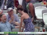 Pewna pani, co zaskarbiła uwagę fanów meczu