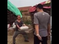 King Bruce Lee karate mistrz kopie przeciwnika w worek