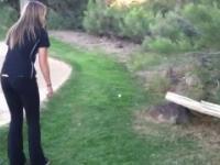 Spotkanie uroczej dziewczyny i uroczego rysia na polu golfowym