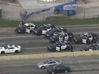 Pościg za białym Camaro zatłoczoną autostradą.