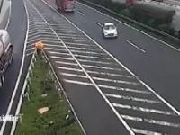 Idiota zatrzymuje się na autostradzie
