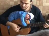 Dziecko, któremu podczas spania nie przeszkadza granie na gitarze