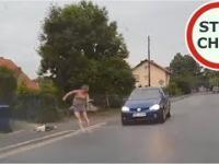 Matka ratuje dziecko przed potrąceniem przez samochód