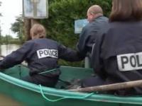 Francuska policja płynie z pomocą dla powodzian