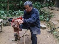 Chiński mistrz robi krzesełko dla chińskiego dziecka