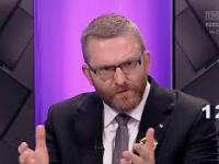 Debata Wyborcza - Grzegorz Braun koryguje flagę Polski w Studio TVP