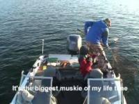 Dzieciak łowi ogromnego szczupaka