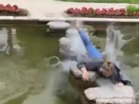 Kobieta biegnie po kamieniach na wodzie