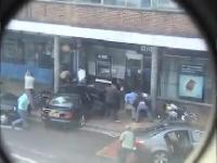 Policjanci udaremniają ucieczkę złodziejom, którzy napadli na bank
