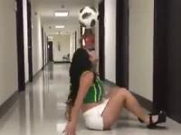 Laska i jej triki z piłką na wysokich obcasach