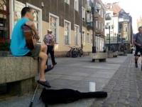 Niewidomy muzyk zbiera na życie