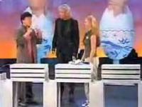 Jackie Chan rozbija 12 betonowych bloków z jajkiem w reku