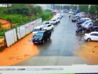Osuwisko zmiata z ulicy zaparkowane samochody